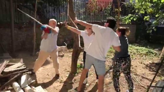 Beykoz'da komşuların kavgası kamerada: Sopayla saldırdığı kadını yere fırlattı