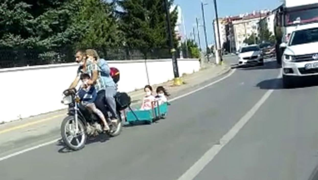 <p>Sivas'ta gerçekleşen olayda, motosiklet arkasına bağladığı sepete iki çocuğunu bindirerek trafiğe