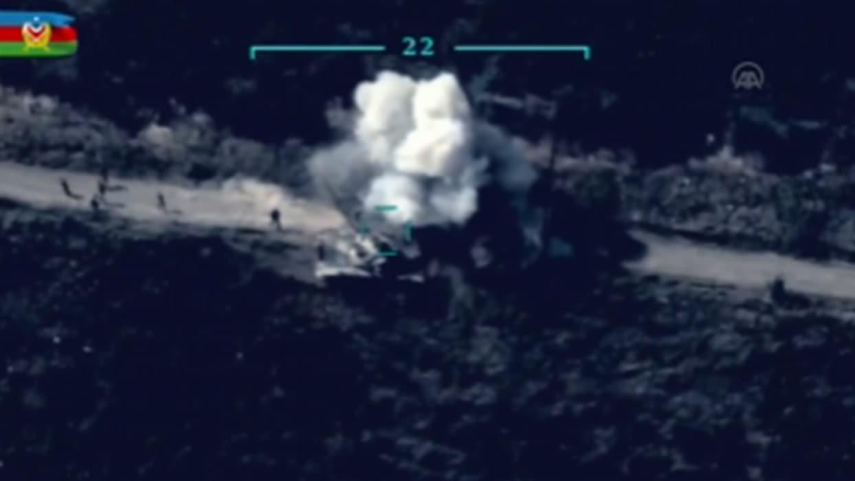 <p>Azerbaycan, işgalci Ermenistan ordusuna ait tankın vurulma anının görüntülerini paylaştı.</p>