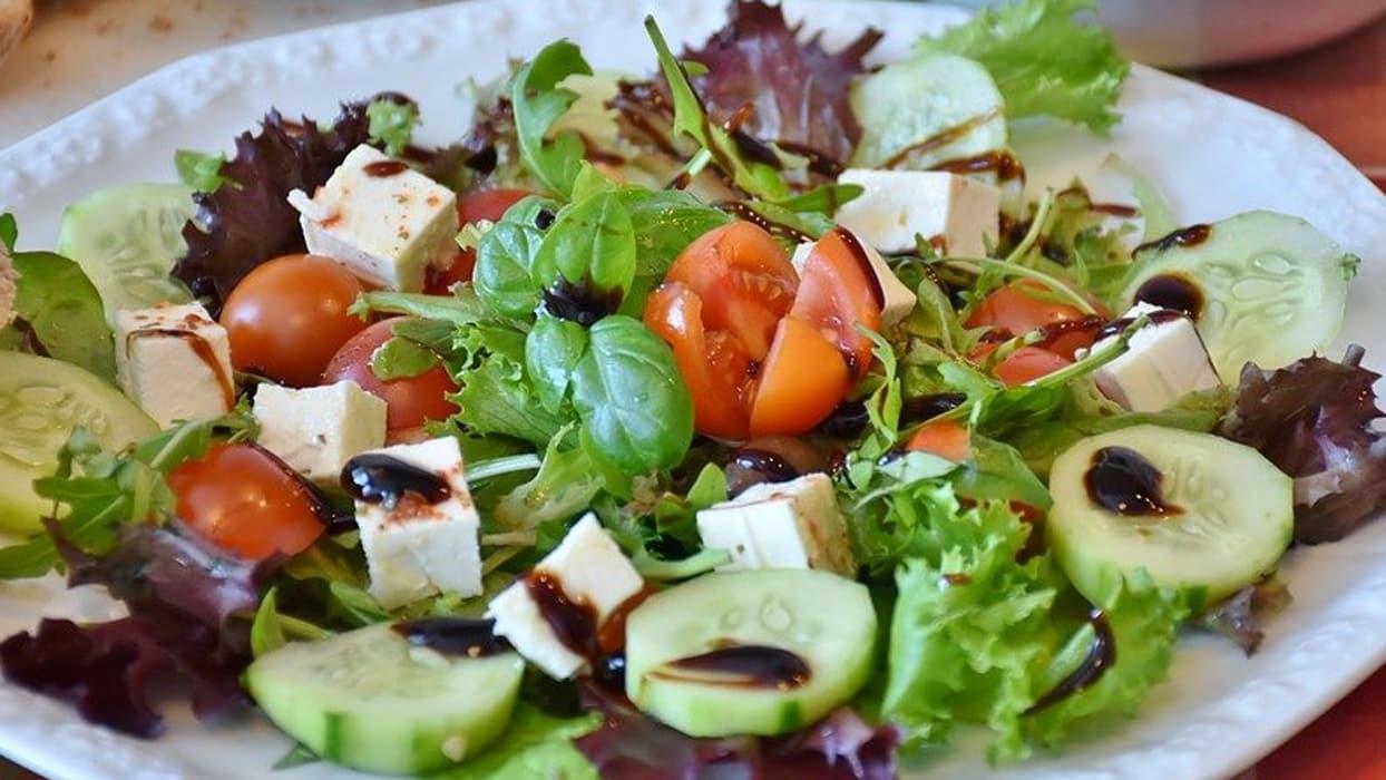 <p>Sağlıklı beslenme denilince aklımıza ilk gelen şüphesiz salatalar oluyor. Tavuklusundan peynirlis