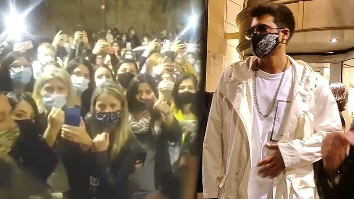 <p>Ünlü oyuncu, siyah beyaz ve kartal kanatları olan bir maske taktı ve İtalya'da havalimanınd
