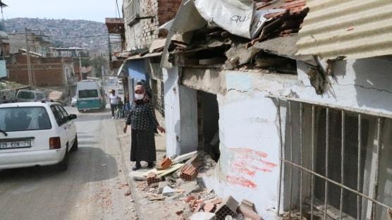 İzmir'de belediye otobüsü 2 eve çarptı: 6 yaralı