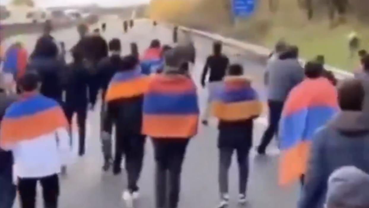 <p>Fransa'nın Lyon şehrinde trafikte kalan vatandaşlarla işgalci Ermenistan yanlısı protestocular ar
