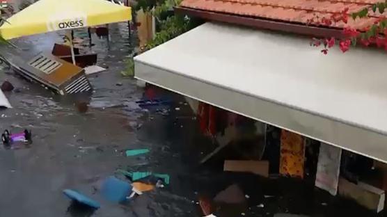 İzmir'de deniz suyu taştı: Seferihisar'da cadde ve sokaklar su altında kaldı