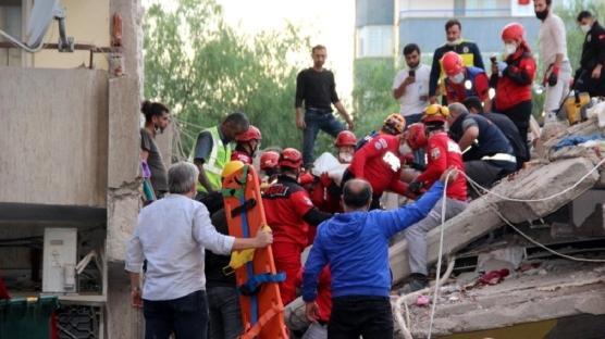 İzmir'de yıkılan binanın enkazından yaralı bir vatandaş kurtarıldı