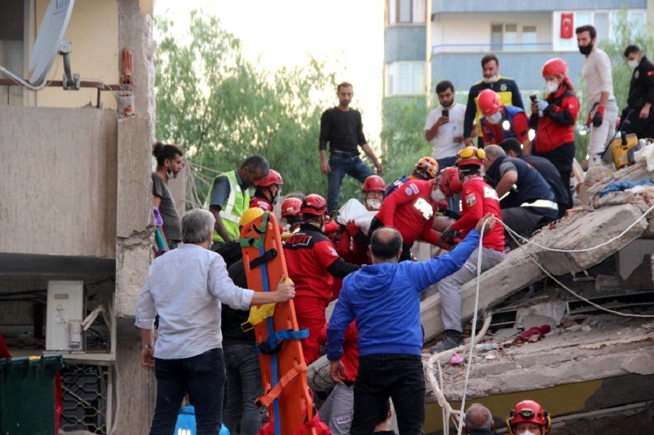 <p>İzmir'deki depremde yıkılan binalarda arama kurtarma çalışmaları sürüyor. Bayraklı ilçesind
