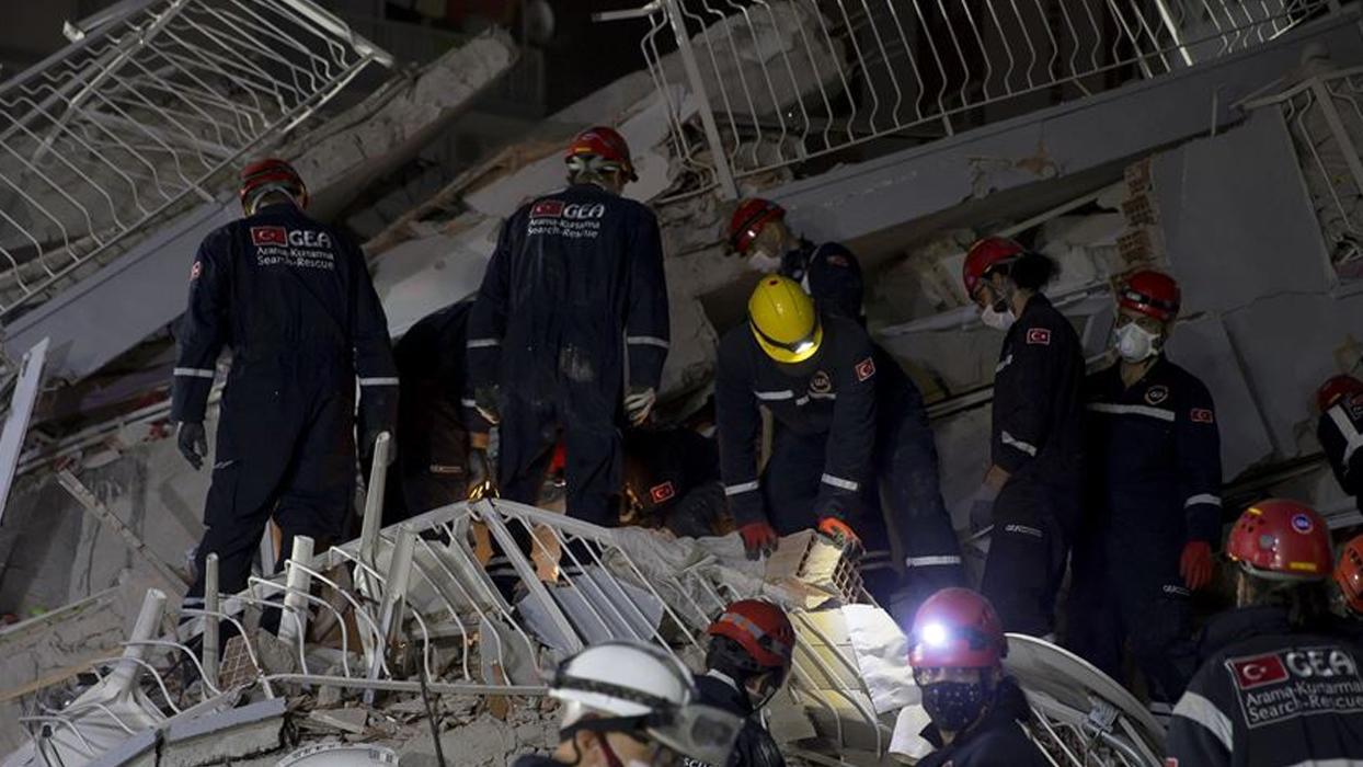 <p>62 yaşındaki Emine Eren, ekipler tarafından enkaz sağ olarak kurtarıldı. İlk müdahalesi enkaz yığ