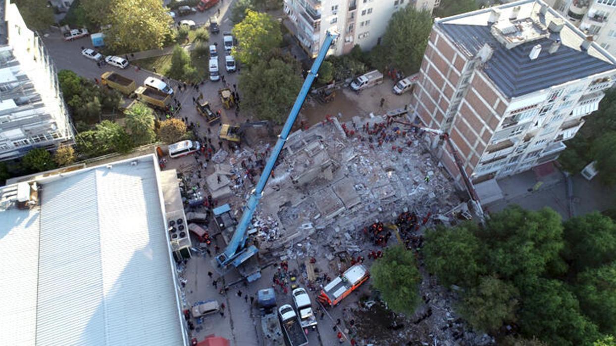 <p>İzmir'in Seferihisar açıklarındaki depremden en fazla etkilenen Bayraklı ilçesinde 9 binada arama