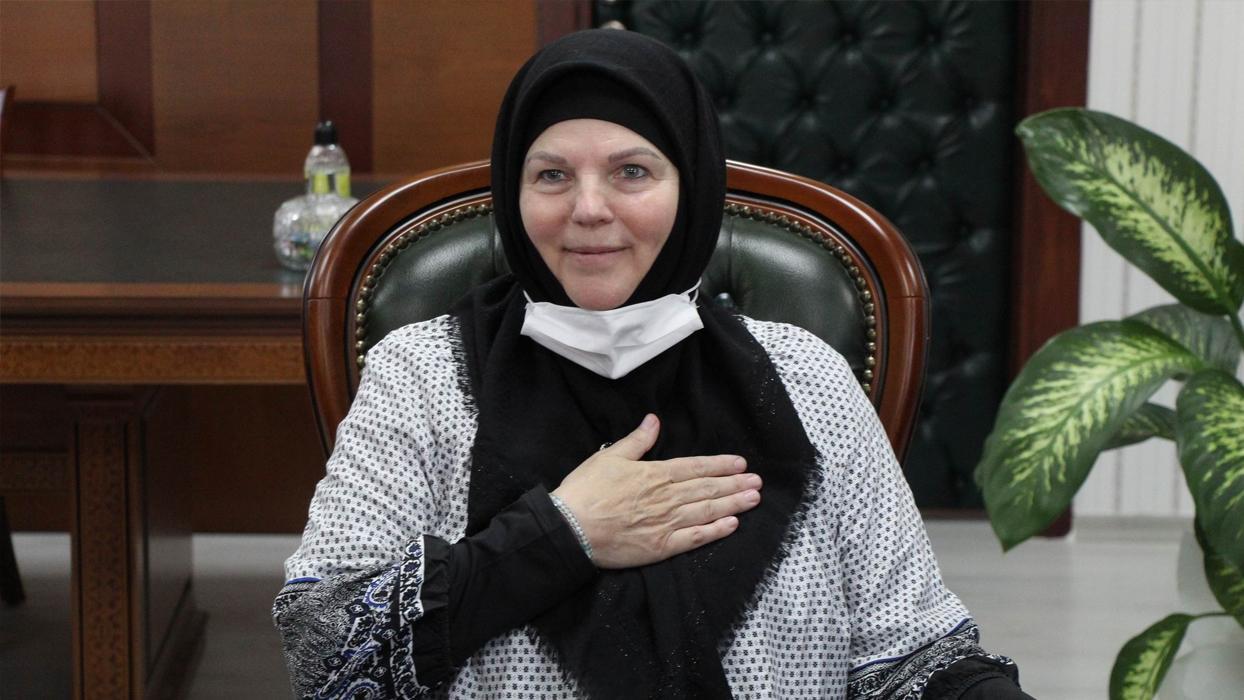 <p>Bir süre önce Dubai seyahatinde ezan sesinden etkilenerek İslamiyet'i araştırmaya başlayan anne v