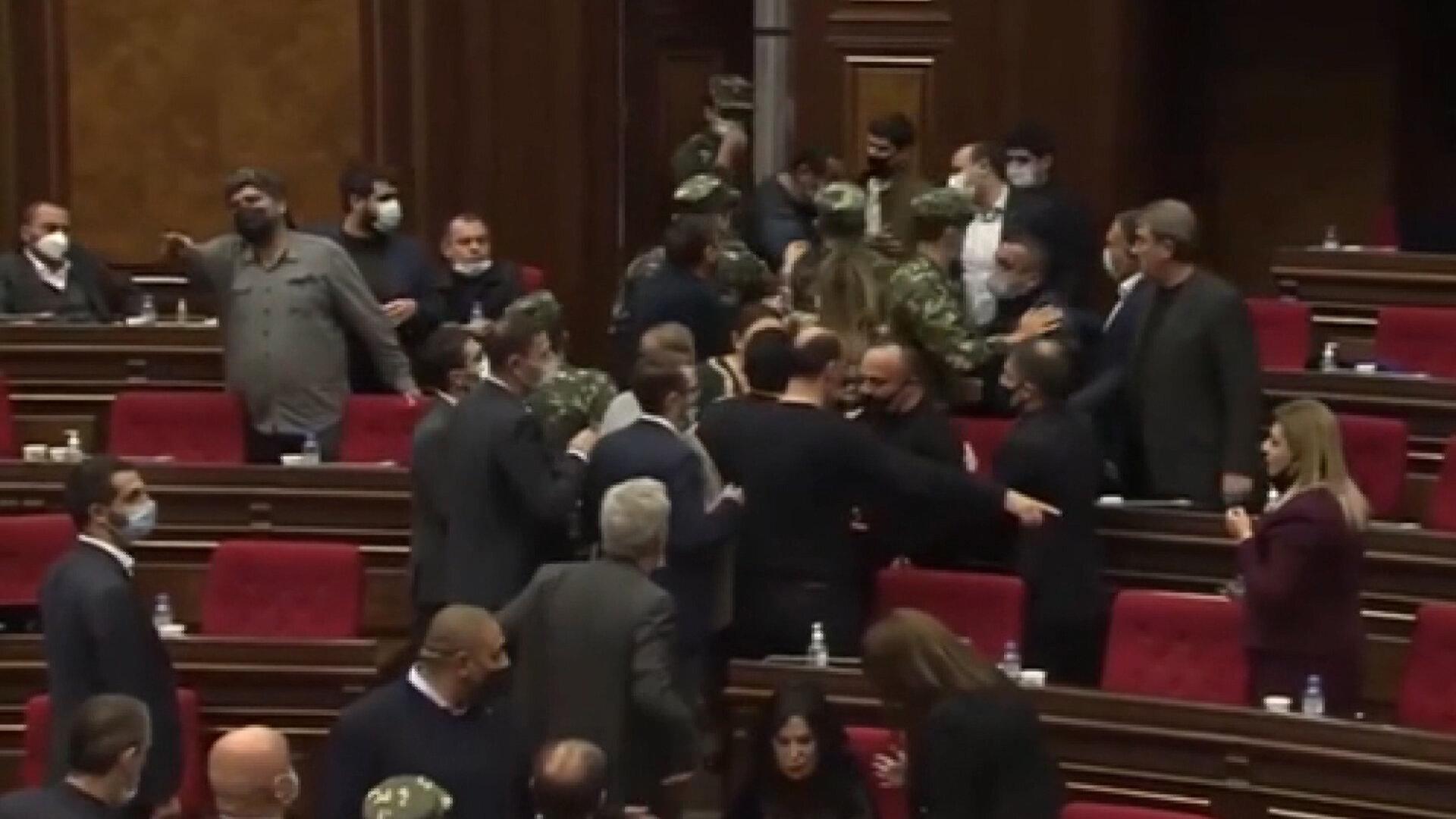 <p>Milletvekili Amazasp Danielyan konuşma yaptığı sırada Mikael Melkumyan sert tepki verince tartışm