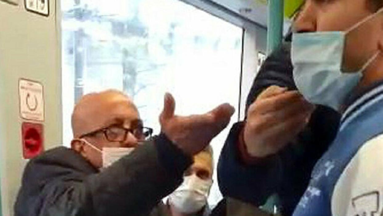 <p>Cevizlibağ - Eminönü tramvay hattında meydana gelen kavgada, maskesini burnunun altında bulundura