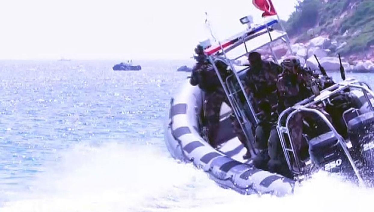 <p>Özel harekat polislerinden oluşan Taktik Su Altı Operasyon Grup Amirliği, su altı ve üstünden düz