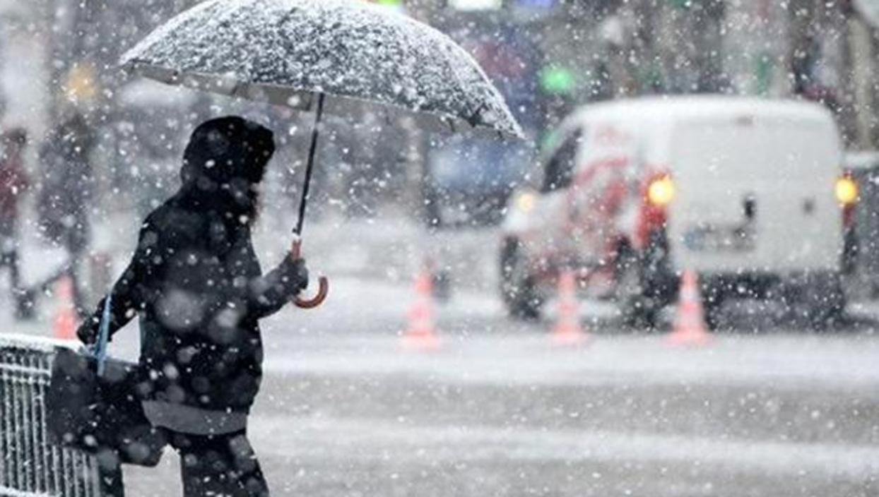 <p>İstanbul beyaz örtüye teslim oldu. Kar yağışı harika manzaralar oluşturdu. Sokağa çıkma kısıtlama