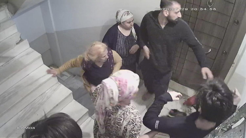 <p>İstanbul Esenyurt'ta evini büyütmesine izin vermediği komşusunun akrabaları tarafından evinde döv