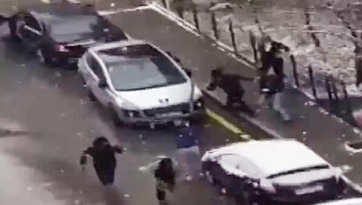 <p>Gelecek Partisi Genel Başkan Yardımcısı Selçuk Özdağ'a evinin önünde yapılan saldırı anları bir c
