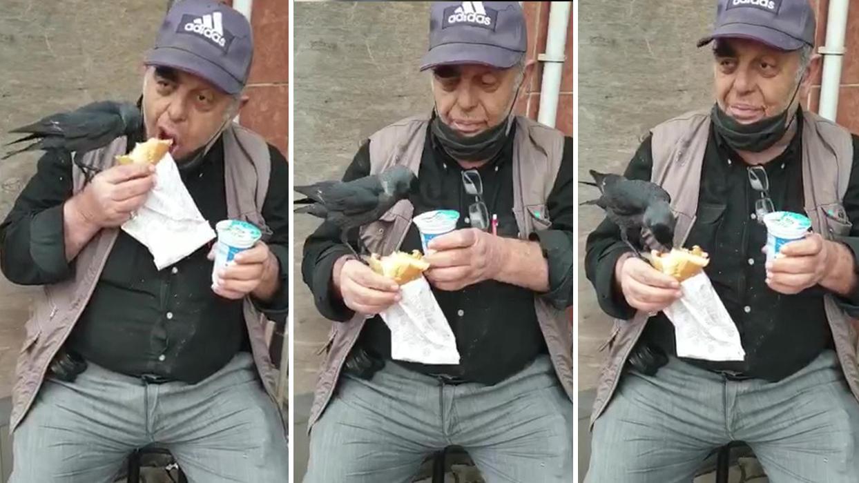 <p>Kocaeli'nin Darıca ilçesinde, dükkanın önünde oturup döner ekmek yiyen Sebahattin Emek̵