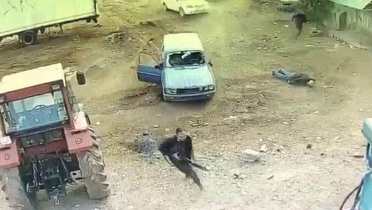 <p>Mardin'de akrabalar arasında çıkan kavga silahlı çatışmaya dönüştü. Kameralara yansıyan görüntüle