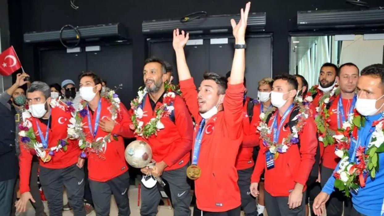 Şampiyon yurda döndü! Ampute Milli Futbol Takımı coşkuyla karşılandı