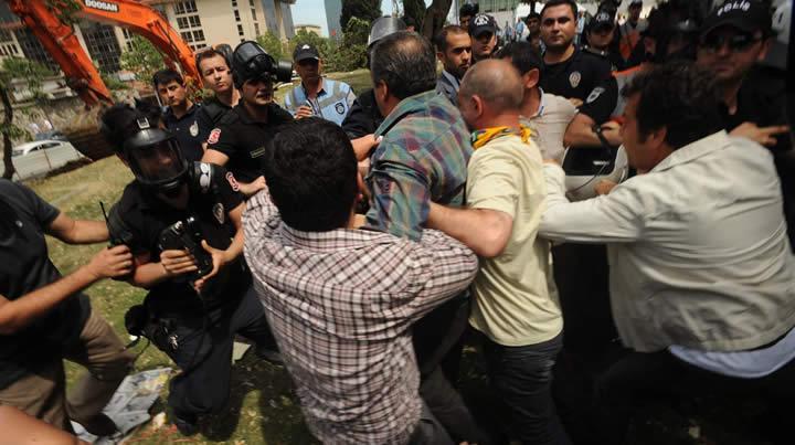 Sırrı Süreyya Taksim Parkı'nda yıkımı durdurdu