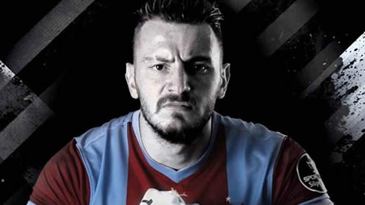 Ünlü futbolcu doktor dövdü!