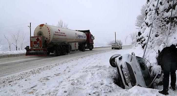 Afyonkarahisar'da yoğun kar ve buzlanma