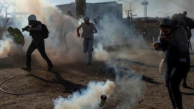 ABD polisi sınırdaki göçmenlere gazlı müdahalede bulundu