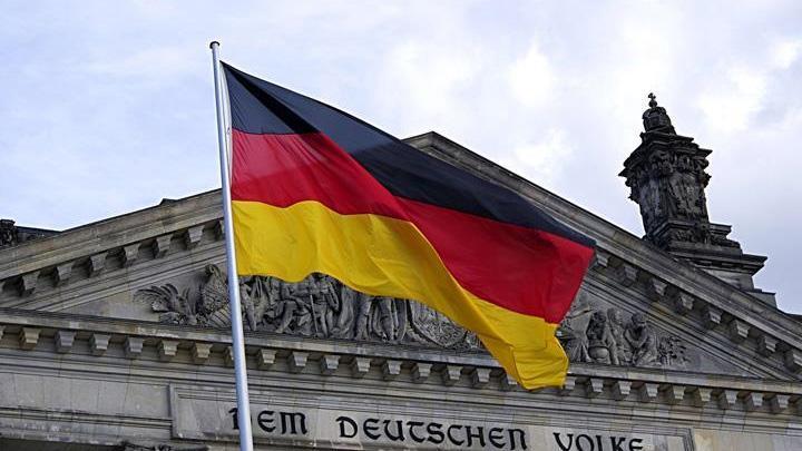 Almanya'da Ren Nehri'nden tankerlerin dolu geçememesi nedeniyle petrol kıtlığı baş gösterdi