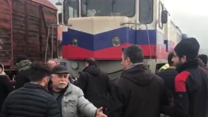 Elazığ'dan Adana'ya gitmek için bilet bulamayan yolcular trenin önünü kesti