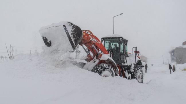 Bitlis'te 136 köy yolu kardan kapandı