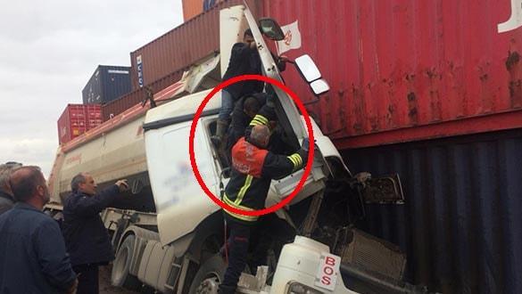 Yol kenarındaki konteynere çarpan TIR'ın şoförü sıkıştı