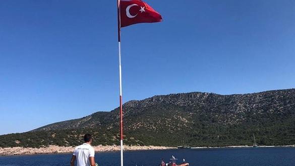 Adada düşen Türk bayrağını Sahil Güvenlik yeniden dalgalandırdı