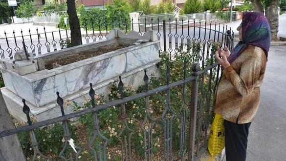 Denizli'de yol ortasındaki mezar görenleri şaşkına çeviriyor