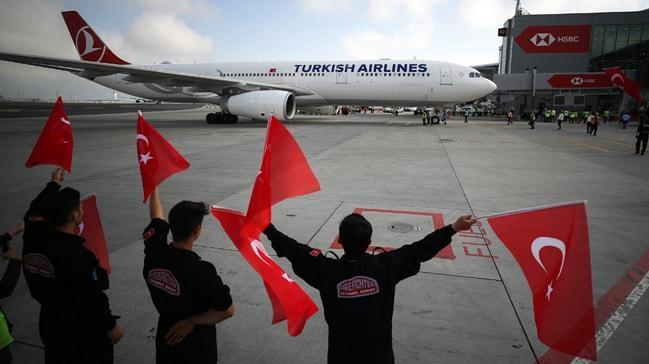 Milli takımımız bayraklarla karşılandı