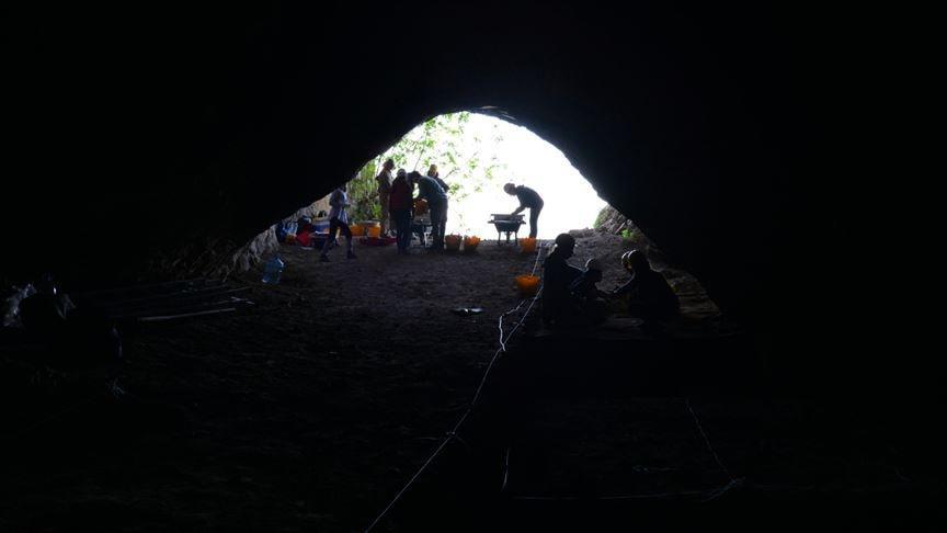 Tarihi mağarada binlerce yıllık izleri arıyorlar