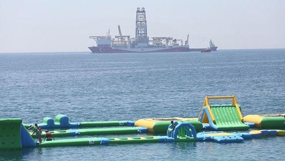 Antalya Körfezi'ne demirleyen sondaj gemisi Yavuz'a büyük ilgi