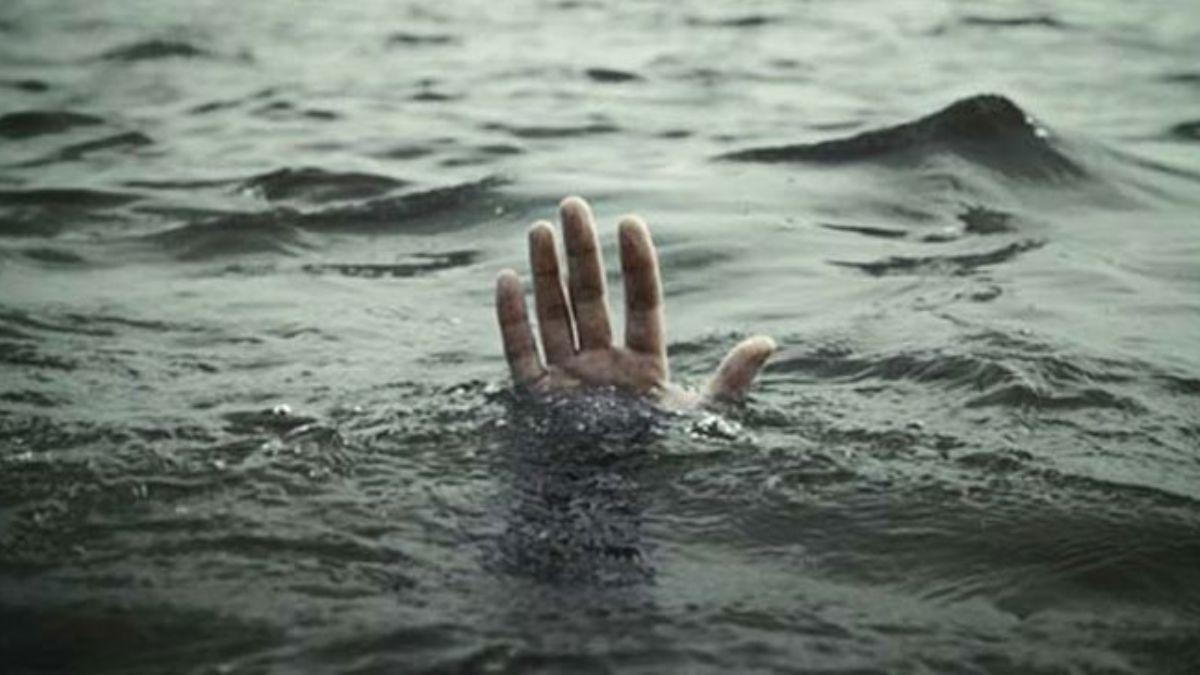 Denizde boğulma tehlikesi geçiren 2 genci polis kurtardı