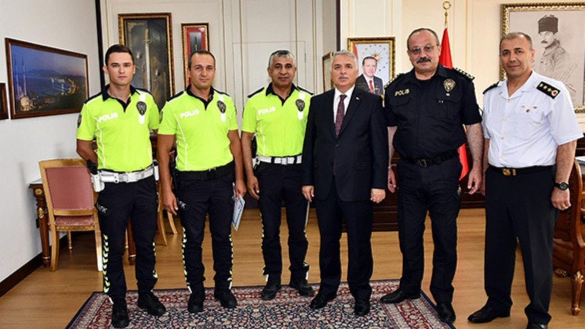 YKSye giderken kimliğini unutan gence yardım eden polisler ödüllendirildi