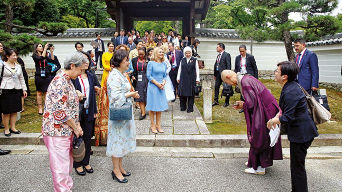 Lider eşlerini Budistrahip törenle karşıladı