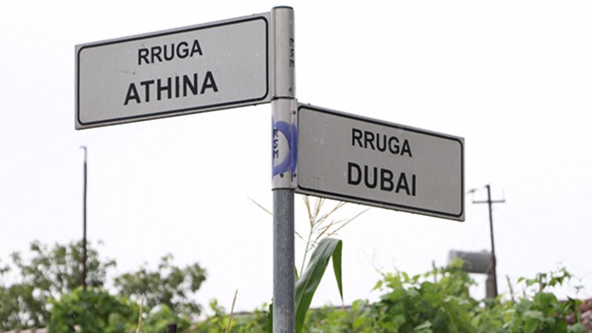 Arnavutluk'un Kamza şehri cadde ve sokaklarına verdiği metropol isimler ile dikkat çekiyor
