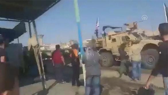 YPG-PKK sempatizanları Suriye'nin kuzeyinden çekilen ABD güçlerini protesto etti