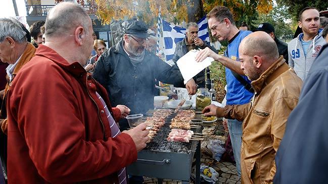 Yunanistan'da çirkin protesto! Mültecilere karşı domuz etiyle mangal yaptılar