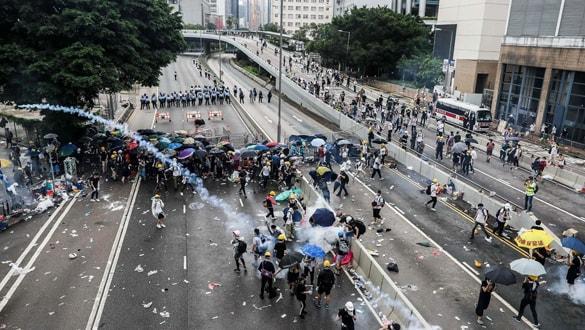 """Hong Kong'da neler oluyor"""" Yakın tarihin en büyük siyasi krizi!"""