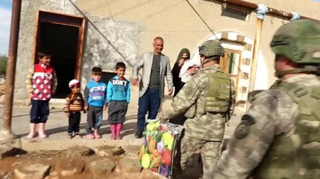 Mehmetçikten küçük Pınar'a ziyaret
