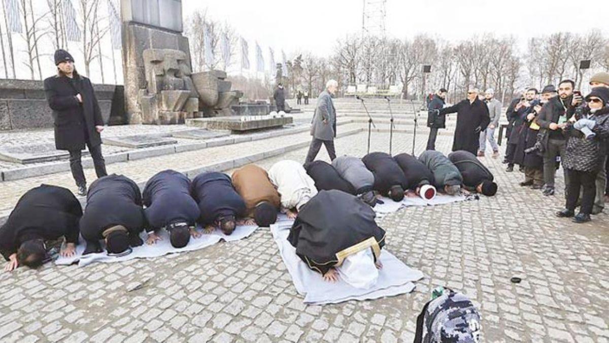 Müslümanlardan Auschwitz'de ilk namaz