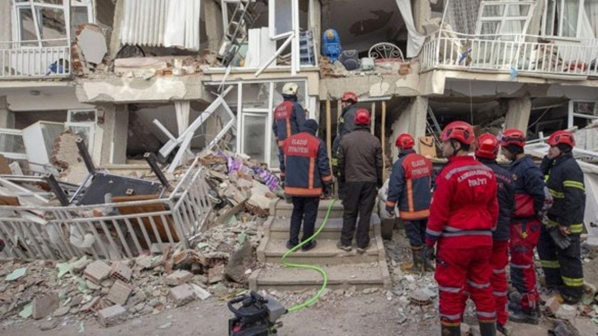 Deprem sırasında kalbine yenildi