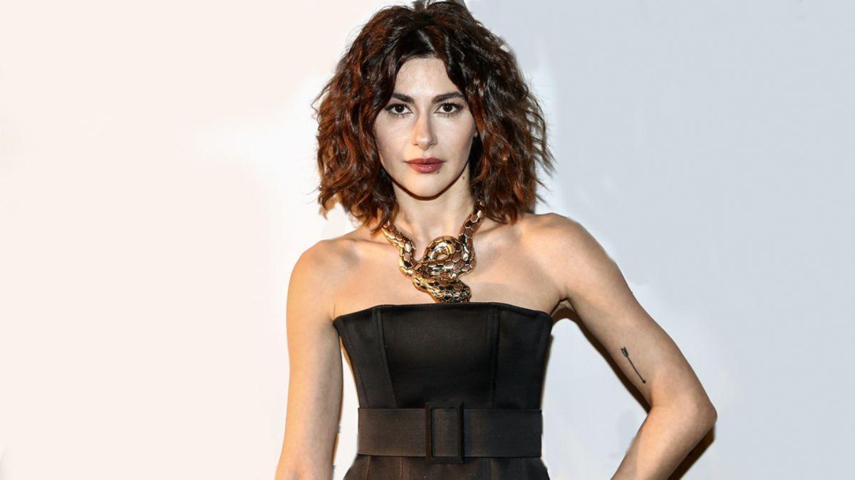Yasak Elma'nın yıldızı Nesrin Cavadzade sesiyle hayranlarını mest etti