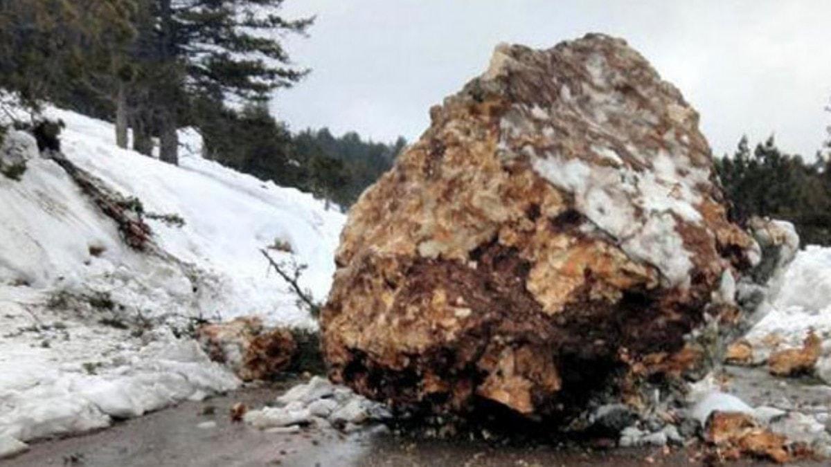 Erdemli'de dev kaya yola düştü