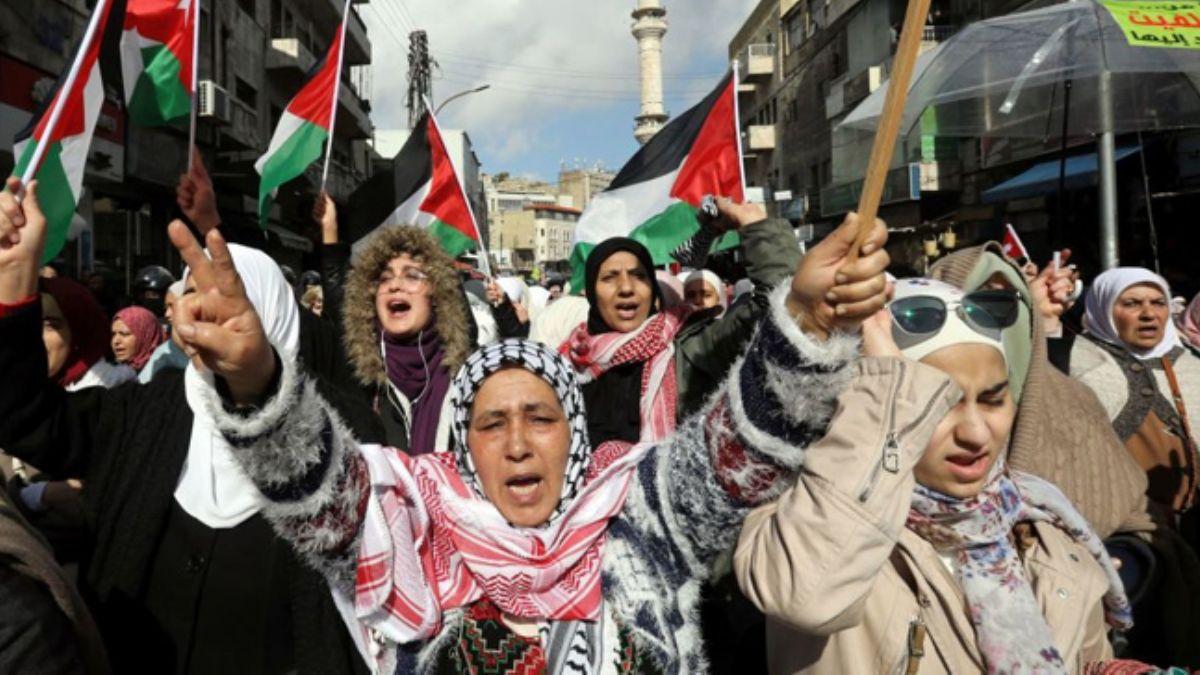 Filistinliler sokakta! 'Bugün Kudüs'ü yarın sizi hedef alacaklar!'