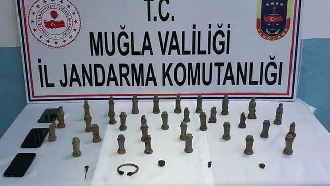 Antik Mısır Dönemi'ne ait 32 parça satranç takımı ile yakalandılar