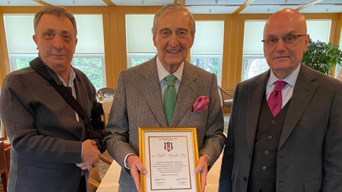 Beşiktaş'ta Rahmi Koç'a 60. yıl üyelik mazbatası takdim edildi